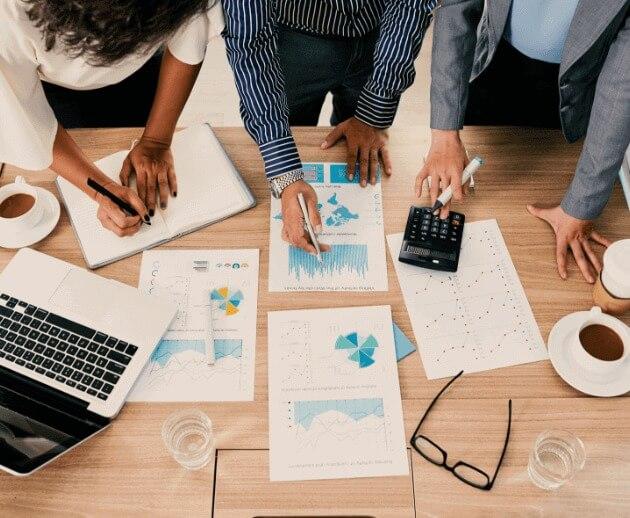 Mesa com gráficos e planos para simplificar a gestão financeira