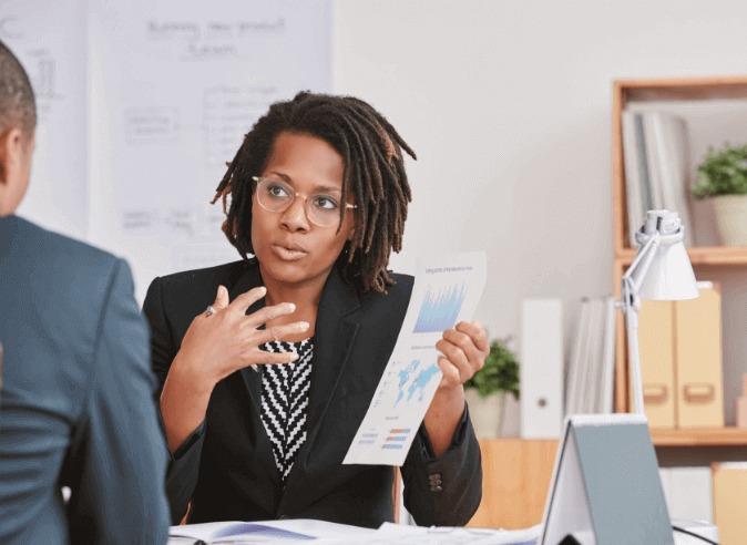 Reunião entre duas pessoas de time de especialistas planejando a ajuda para organização de estrutura financeira